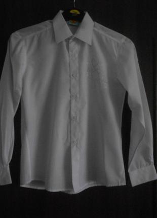 Белая рубашка для мальчика 12- 13 лет в состоянии новой
