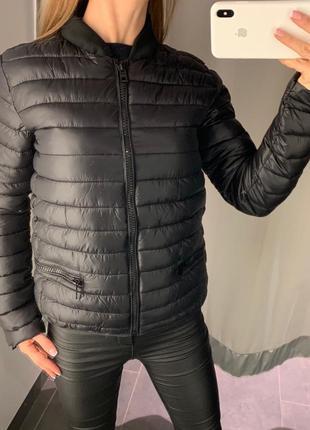 Стильный стёганый чёрный бомбер куртка amisu размер xs