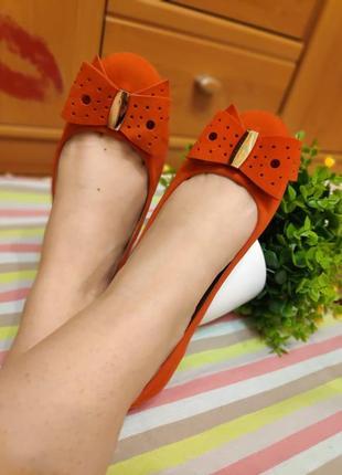 Стильные замшевые балетки оранжевого цвета