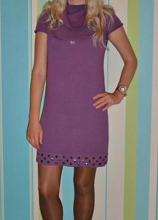 Вязанное фиолетовое платье с закльопками