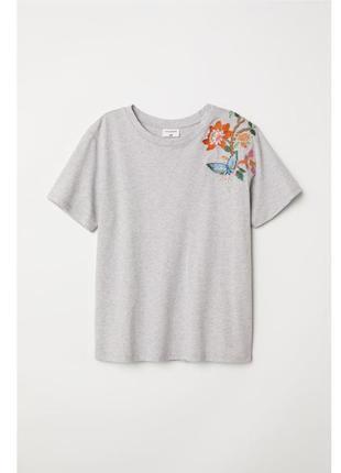 Серая футболка с вышивкой