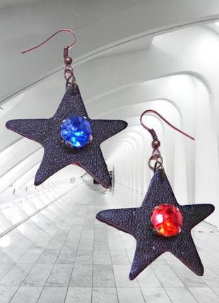 Кожаные серьги звезды с красным и синим камнями.