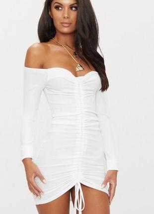 Белое платье мини с длинными рукавами