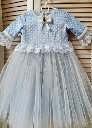Нарядное нежнок платье с кружевами