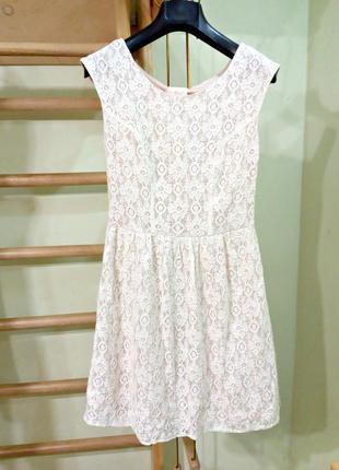 Нюдовое кружевное платье с подкладкой на миниатюрную девушку