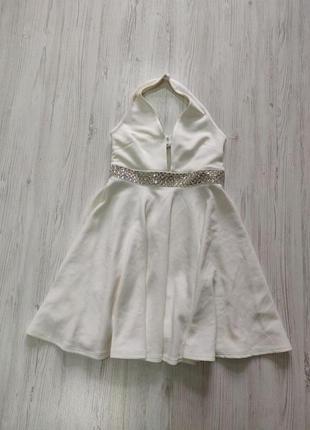 Белое платье с рассклешонной юбкой и открытой спиной