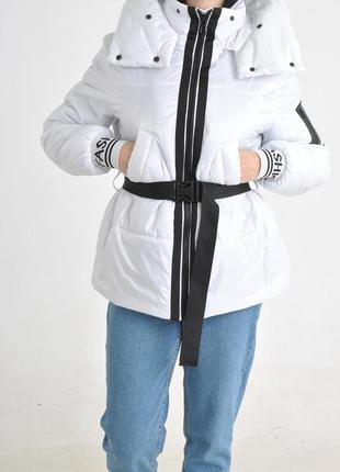 Белоснежная ультралегкая куртка с манжетами и капюшоном