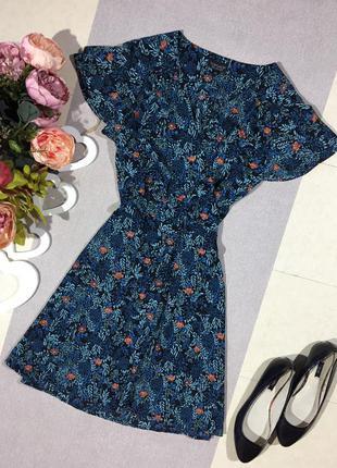 Актуальное платье на запах в цветочный принт.