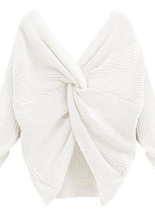 Белый свитер перекрученный