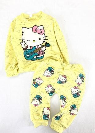 Яркий костюм для малышек с китти