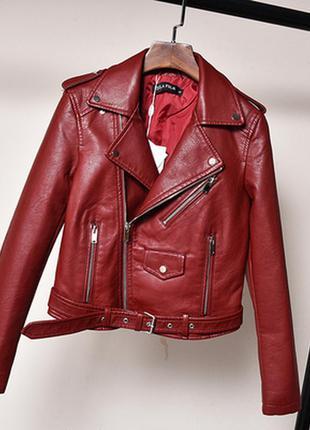 Женская куртка косуха из кожзама бордовая