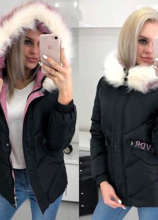 Женская куртка с надписью на спине и искусственным мехом черная