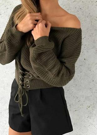 Женский вязаный свитер со шнуровкой спереди зеленый