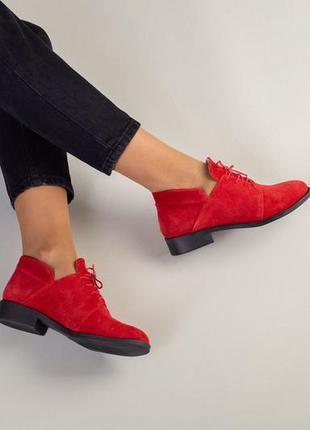 Красные замшевые туфли на низком каблуке