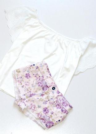 Классные короткие,джинсовые  шорты в цветочный принт