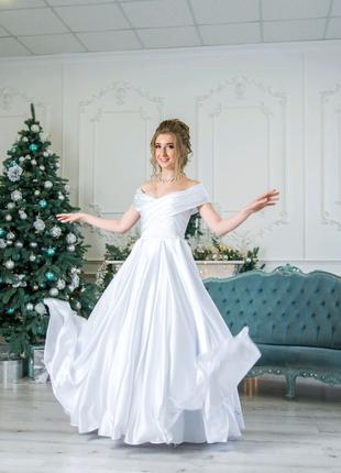 Атласное свадебное платье с открытыми плечами