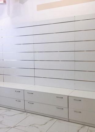 белая стенка с ящиками