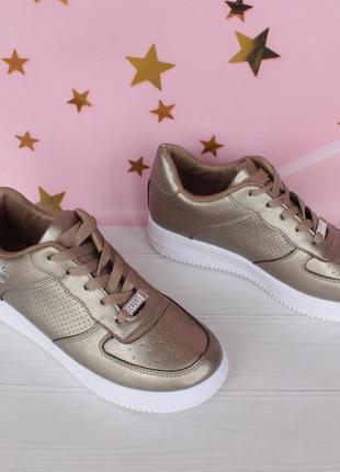 Шикарные кроссовки 39 размера