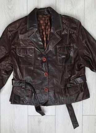 Темно коричневая косуха, коричневая кожанка.