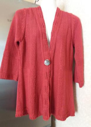 Розово -красный фирменный   кардиган на одной декоративной пуг...