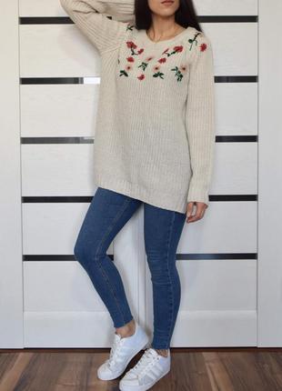 Молочный свитер с вышивкой george