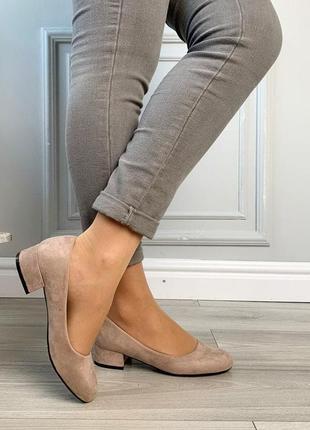 Новые шикарные женские бежевые туфли на низком каблуке