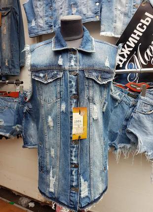 Летняя женская джинсовая жилетка с потёртостями