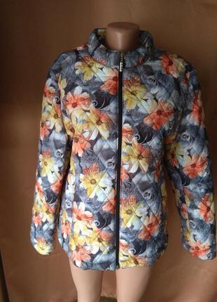 Женская короткая весенняя куртка в цветочный принт