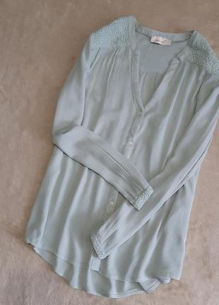 Блузка рубашка цвета мяты с при собранным плечом вышивкой разм...