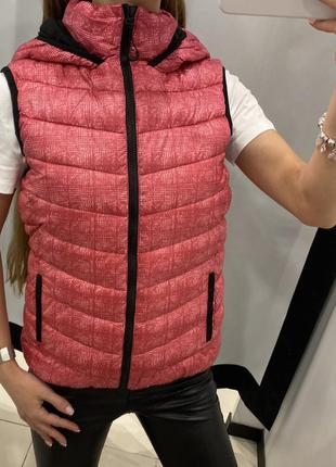 Стёганая розовая жилетка безрукавка amisu есть размеры