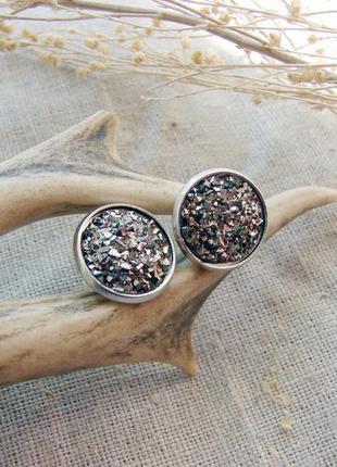 Сверкающие серьги гвоздики с кабошоном друза. цвет серебро