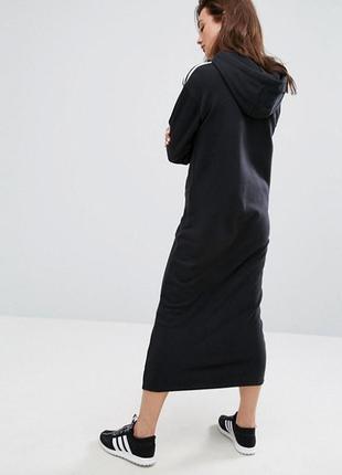 Черное платье в стиле худи с капюшоном и лампасами полосками\o...