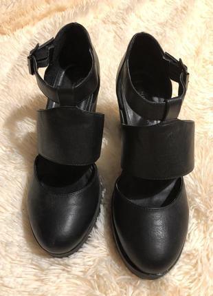 Удобные актуальные туфли на ремешке