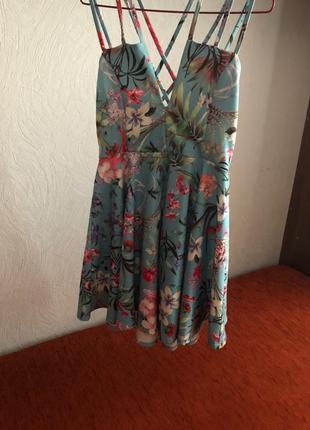 Летнее нежное платье в модный цветочный принт