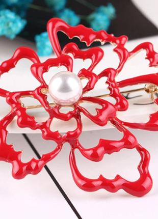 Женственная брошь красный цветок с изюминкой