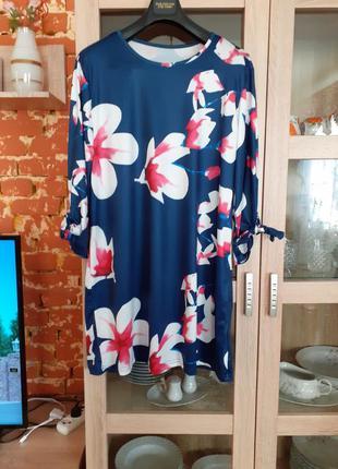 Эффектное в цветы платье большого размера