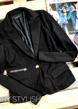 Пиджак в рубчик слегка блестит с замочками