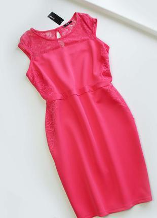 Красивое розовое платье миди с кружевом