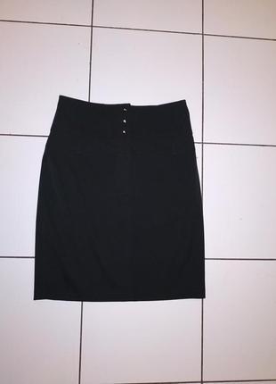 Базовая черная юбка с разрезом