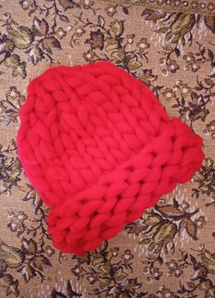 Женская шапка из крупной вязки хельсинки ярко красная