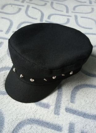 Женский картуз, кепи, фуражка с шипами черная