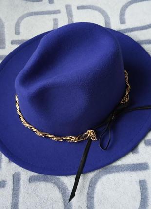 Шляпа федора с устойчивыми полями унисекс с декором цепочка синяя