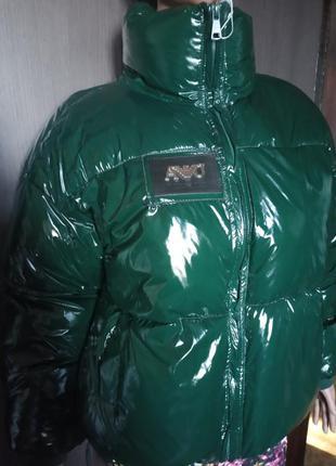 Женская короткая лаковая куртка пуховик courreges зеленая (м)