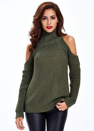 Женский свитер под горло крупной вязки с открытыми плечами тем...