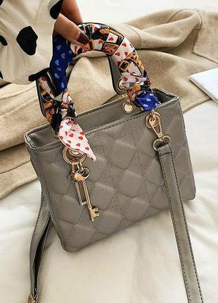 Женская квадратная стеганая сумка с брелком и платком серебрянная
