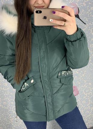 Женская куртка с надписью на спине и искусственным мехом зеленая