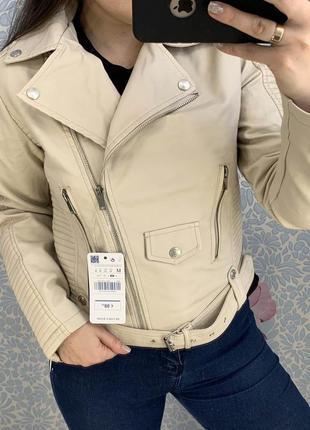 Женская куртка косуха из кожзама стеганая молочная