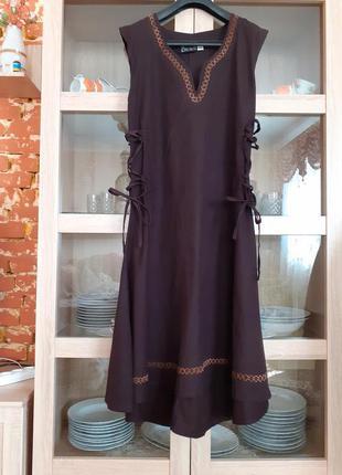 Роскошное шоколадное с вышивкой и шнуровкой по бокам платье бо...