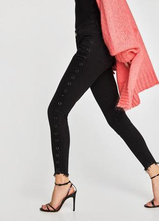 Базовые джинсы скинни zara с пирсингом по бокам и необработанн...