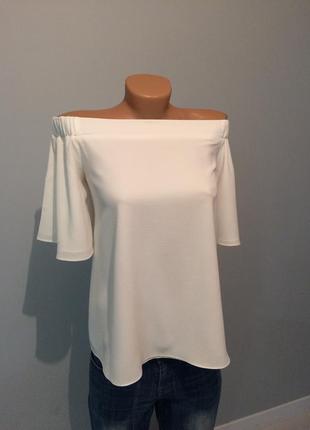 Біленька блузочка з відкритими плечима